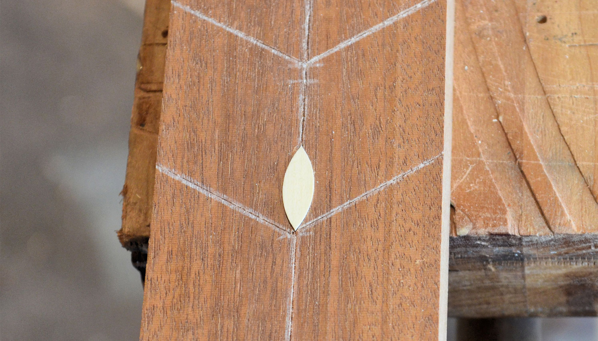 Center leaf inlaid into the pocket